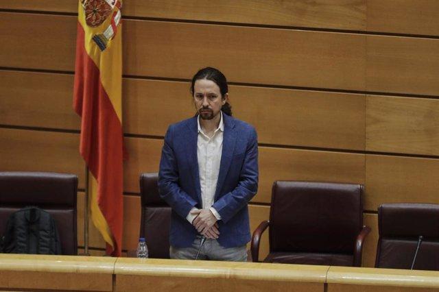 El vicepresidente segundo del Gobierno y ministro de Derechos Sociales y Agenda 2030, Pablo Iglesias, durante el minuto de silencio por las víctimas del Covid-19 antes de que de comienzo su comparecencia en la Comisión de Derechos Sociales para explicar l