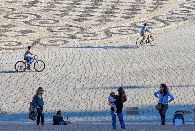 Mares i fills a la plaça España l'endemà que el Govern central anunciés les mesures de desescalada per la pandèmia del coronavirus. Sevilla (Espanya), 29 d'abril del 2020.