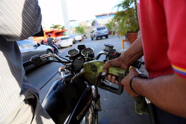 Un motorista reposta en una gasolinera de PDVSA en Caracas (Imagen de archivo)