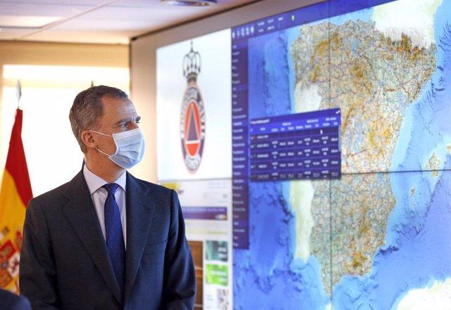 El Rey Felipe VI durante su visita al Centro Nacional de Seguimiento y Coordinación de Emergencias