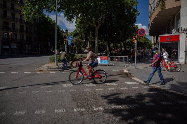 Vianants creuen la Diagonal de Barcelona, Catalunya (Espanya), a 13 de maig de 2020.