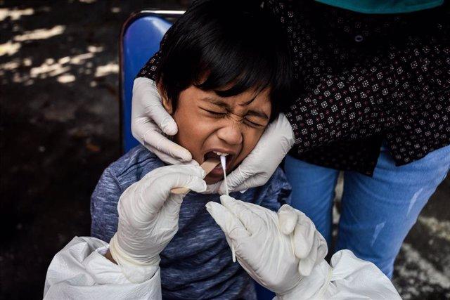 Una prueba diagnóstica del coronavirus en Indonesia.