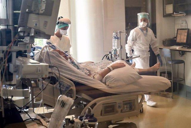 Médicos tratan a un paciente de coronavirus en Bélgica.