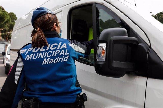 Agentes de la Policía Municipal de Madrid efectúan controles de tráfico.
