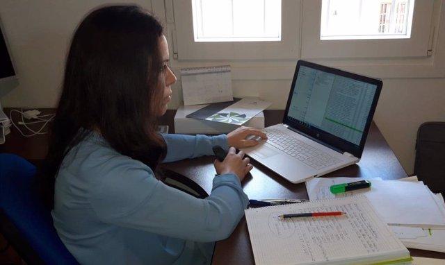 Una autónoma de La Rinconada en su despacho