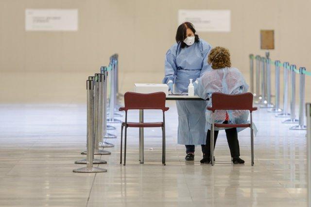 Control sanitario a una pasajera en la terminal 4 del Aeropuerto de Madrid-Barajas Adolfo Suárez.