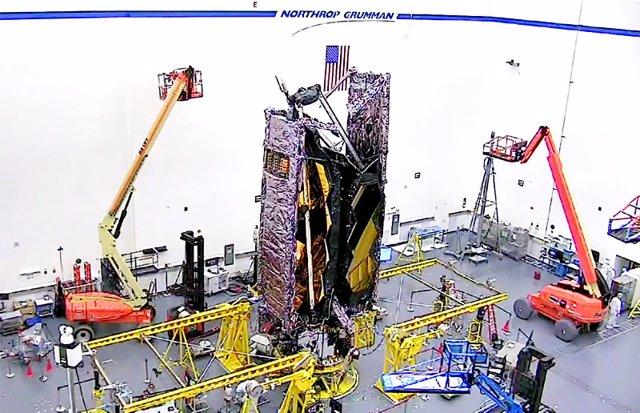 El Telescopio Espacial James Webb de la NASA ya se encuentra totalmente colocado en la misma configuración que tendrá cuando se cargue en un cohete Ariane V para su lanzamiento
