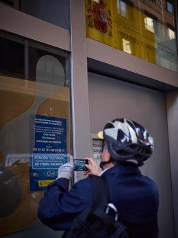Un hombre saca una foto a un anuncio en una oficinas de empleo en Pamplona el 5 de mayo de 2020.