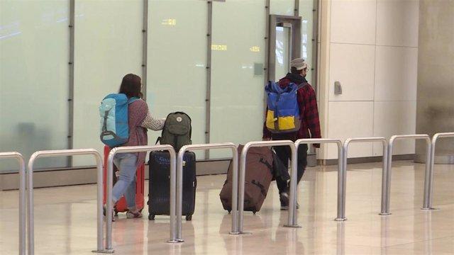 Este domingo ha aterrizado en Madrid un vuelo regular procedente de París con españoles que se encontraban en el extranjero.
