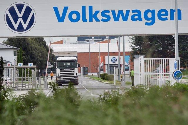 Vista de la puerta principal de la fábrica de Volkswagen Navarra.