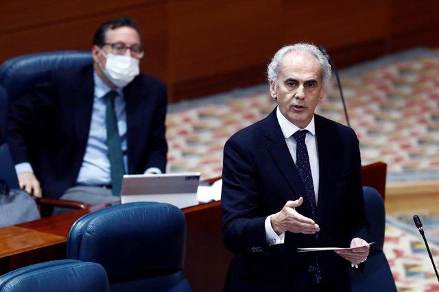 El consejero de Sanidad, Enrique Ruiz Escudero, durante su intervención en la sesión de control al ejecutivo regional en la Asamblea de Madrid, este jueves, donde la presidenta regional responde a preguntas sobre el plan del Gobierno para la desescalada