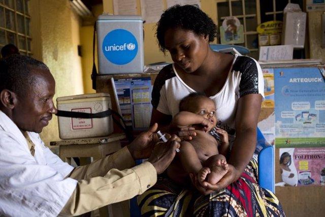 Un trabajador sanitario vacuna a un niño de tres meses en República Democrática del Congo.