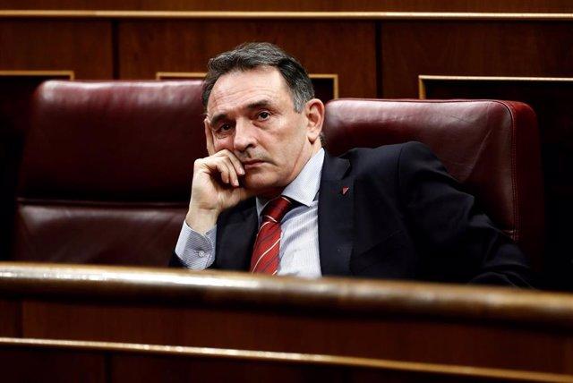 El diputado de Unidas Podemos-En Comú Podem-Galicia en Común, Enrique Santiago, en su escaño en el Congreso
