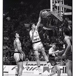 El exjugador de baloncesto Toni Kukoc con el KK Split
