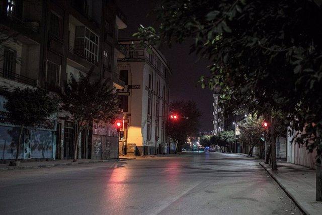 Una calle de la capital de Egipto, El Cairo, durante el toque de queda impuesto por el coronavirus