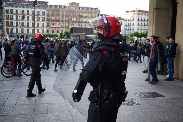 Varios Policías Forales antidisturbios regulan y vigilan la concentración ilegal celebrada por las calles de Pamplona en favor del preso de ETA Patxi Ruiz