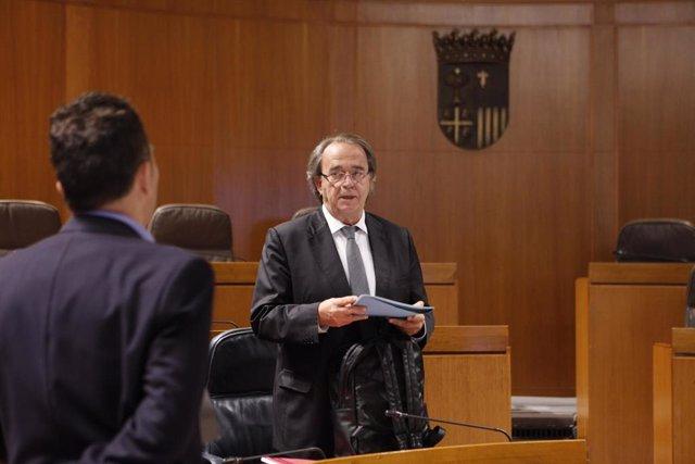 Al fondo, el consejero de Hacienda del Gobierno de Aragón, Carlos Pérez Anadón.