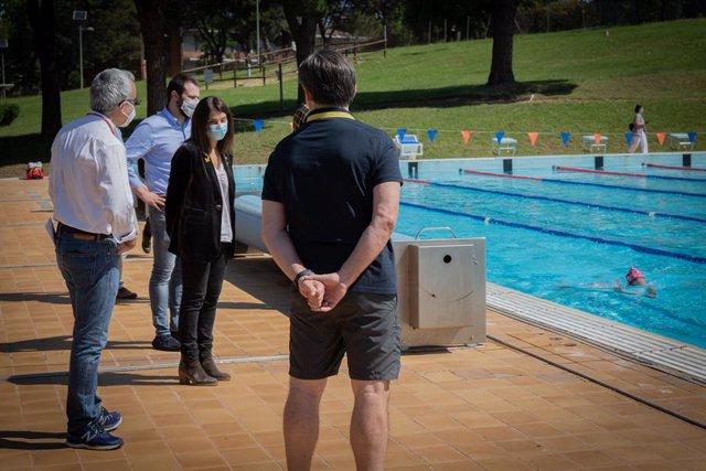 El director general d'Esports de la Generalitat, Gerard Figueras; la consellera de la Presidència i portaveu de la Generalitat, Meritxell Budó; i el director del CAR Sant Cugat, Ramón Terrassa, en una piscina on entrenen nedadors del CAR Sant Cugat