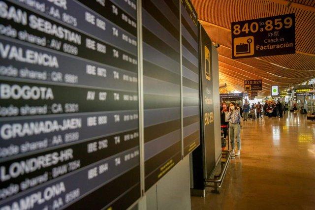 Paneles luminosos de la información de los vuelos en el Aeropuerto Adolfo Suárez Madrid-Barajas