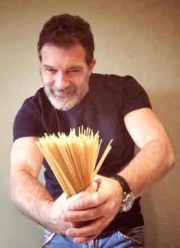 L'actor malagueny Antonio Banderes ha estat una de les celebritats que ha mostrat el seu suport a la campanya 'Cap Llar Sense Aliments', de la Fundació La Caixa