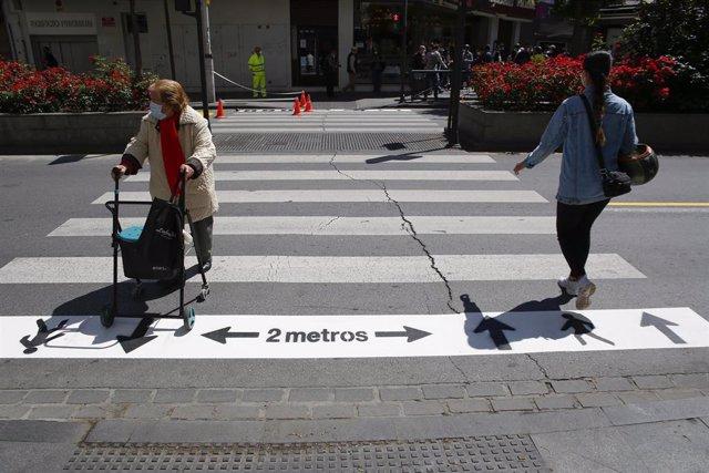 Nuevas señalizaciones en las calles de Granada al entrar en la Fase 1 de la desescalada frente al coronavirus. Granada a 18 de mayo del 2020