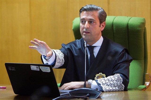 El juez decano de Vigo, Germán Serrano, durante el primer juicio plenamente telemático en el Juzgado de lo Social número 2 en Vigo