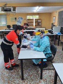 Realización de test para detectar covid-19 entre técnicos de emergencias sanitarias