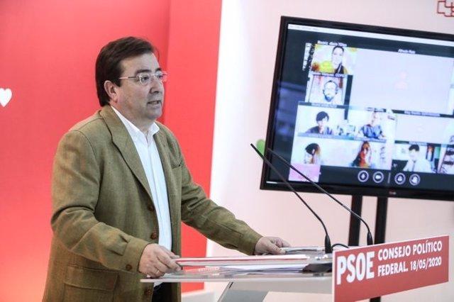 El secretario general del PSOE extremeño, Guillermo Fernández Vara, en rueda de prensa