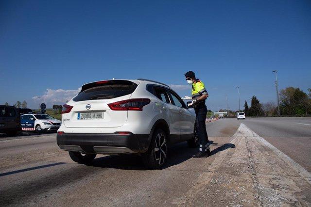 Un agent dels Mossos d'Esquadra protegit amb una mascarilla en un control en el peatge de La Roca del Vallès, a La Roca del Vallès/Barcelona/Catalunya (Espanya) a 9 d'abril de 2020.