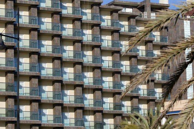 Hoteles en la  playa Playamar en Torremolinos donde se encuentra cerrada  debido al decreto de Estado de Alarma por el COVID-19. Málaga a 22 de abril del 2020