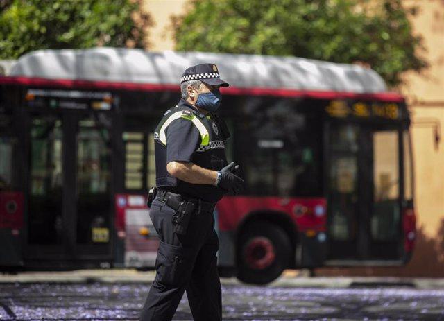 Un agente de la policía local vela por que se cumpla la nueva normativa