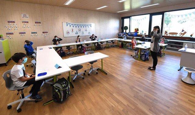 Niños con mascarilla en una clase en Alemania
