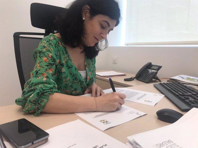 La consellera de Administraciones Públicas y Modernización, Isabel Castro, durante la firma.