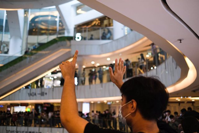 China.- La Justicia de Hong Kong pone en libertad bajo fianza a 15 activistas pr