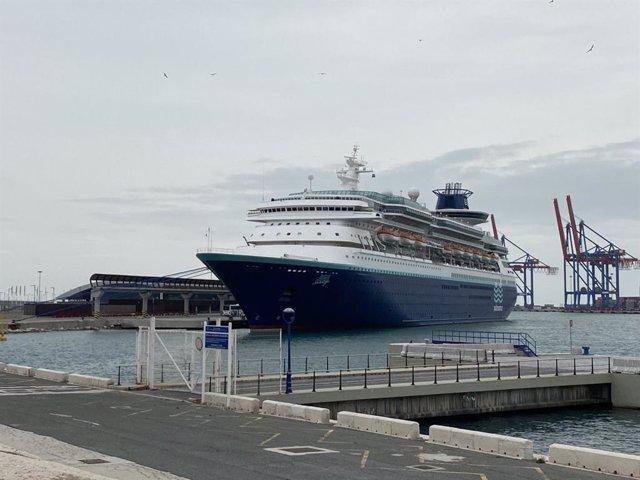 El buque Sovereign de Pullmantur, con tripulación a bordo, ha permanecido atracado en el puerto de Málaga durante casi dos meses de pandemia por el COVID-19
