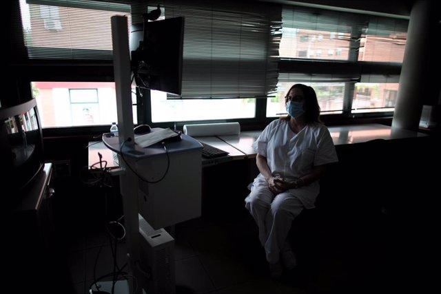 Una sanitaria del Centro de Salud García Noblejas durante su jornada laboral en en la pandemia del coronavirus, en Madrid (España) a 7 de mayo de 2020.