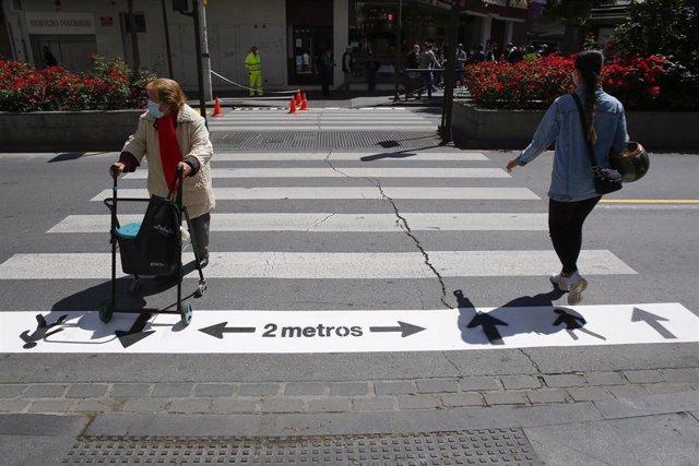 Nueva señalizacion para peatones en Granada en la Fase 1 de la desescalada frente al coronavirus