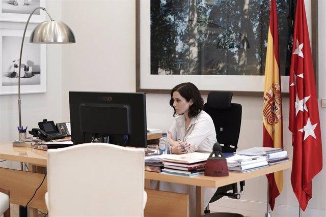 Imagen de recurso de la presidenta de la Comunidad de Madrid, Isabel Díaz Ayuso, en su despacho.