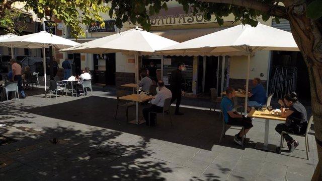 Una terraza con clientes, este lunes en Alicante.
