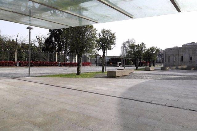 Una de las entradas del complejo administrativo de San Caetano, en Santiago, sin tránsito por la crisis del coronavirus.
