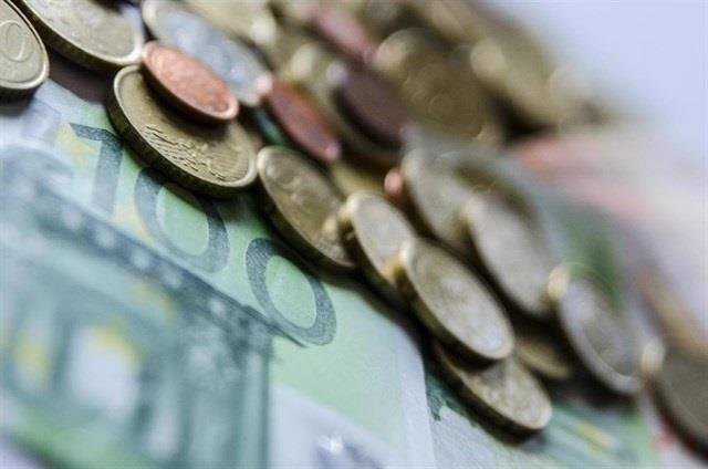 Billetes y monedas.