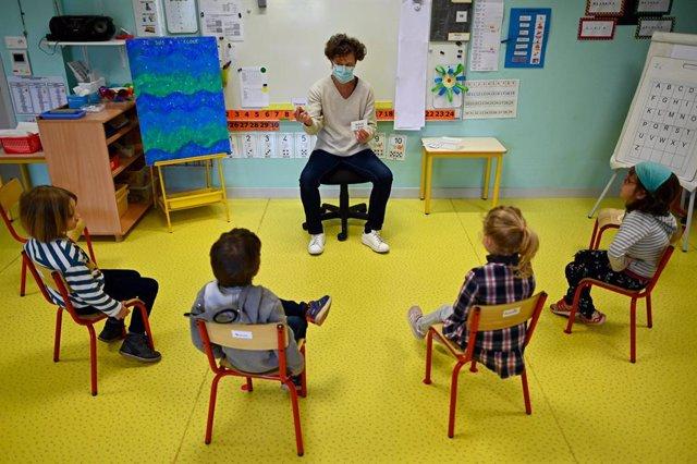 Coronavirus.- Francia informa de 70 colegios cerrados por casos de coronavirus u