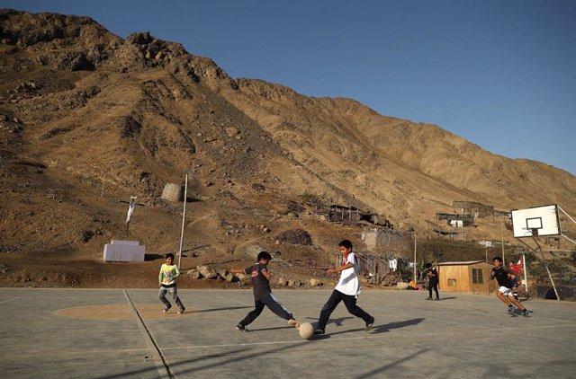 Niños juegan al fútbol en Perú (Imagen de archivo)