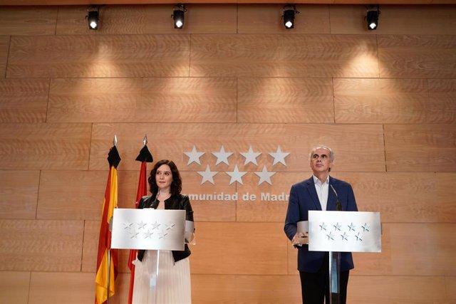 La presidenta de la Comunidad de Madrid, Isabel Díaz Ayuso, y el consejero de Sanidad de la comunidad, Enrique Ruiz Escudero, comparecen en rueda de prensa.