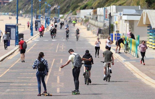 Gent de passeig en Bournemouth, en el sud d'Anglaterra