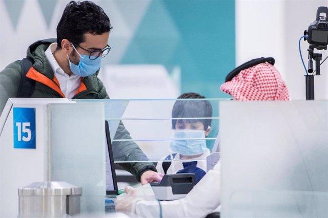 Pasajeros del Aeropuerto Internacional de Riad, Arabia Saudí.
