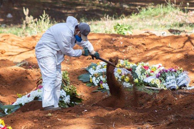 Un trabajador del cementerio de Vila Formosa, en Sao Paulo, durante las labores de enterramiento de una víctima de la COVID-19.