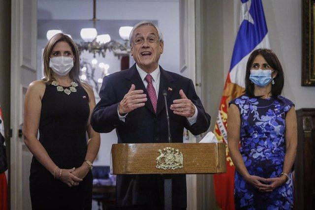 El presidente de Chile, Sebastián Piñera, durante la presentación de la nueva ministra de Igualdad, Macarena Santaelices (izqda).