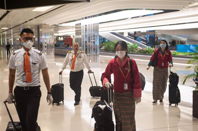 Miembros de la tripulación de una compañía aérea tras aterrizar en el Aeropuerto Internacional de Singapur.