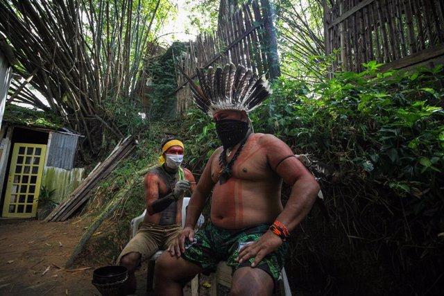 Dos hombres del pueblo indígena Satere-Mawe, en Manaos, en el norte de Brasil.